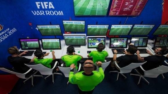 Световната федерация по футбол (ФИФА) проучва възможностите да използва паузите,