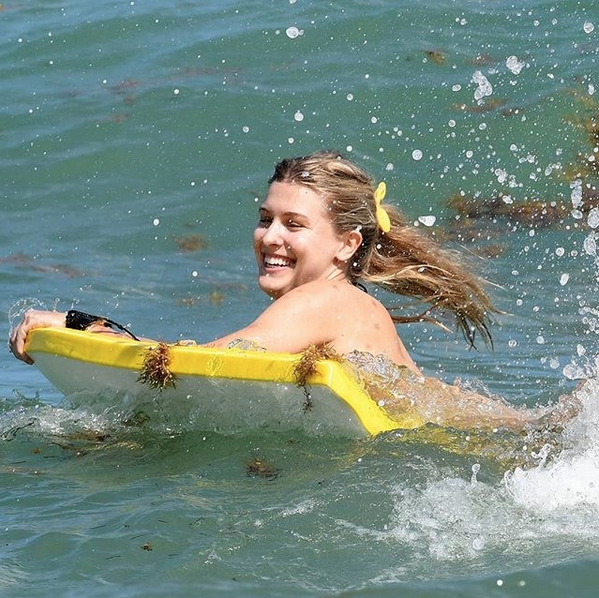 Южени Бушар събира погледите на плажа в Маями, Флорида. 25-годишната