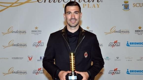 """Капитанът на Милан Алесио Романьоли взе наградата """"Джентълмен"""" за най-добър"""