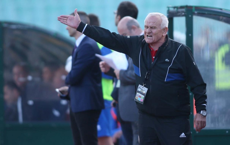 Феновете на Левски изпратиха с обиди бившия наставник на клуба