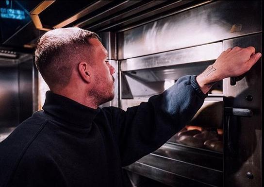 Световният шампион с Германия Лукас Подолски отвори втори дюнер ресторант