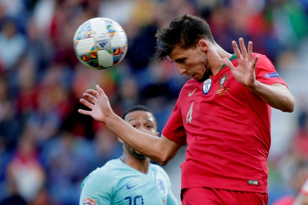 Защитникът на Португалия Рубен Диас получи наградата за най-добър играч