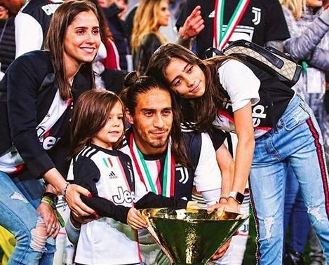 Уругвайският защитник Мартин Касерес обяви раздялата си с Ювентус. Той