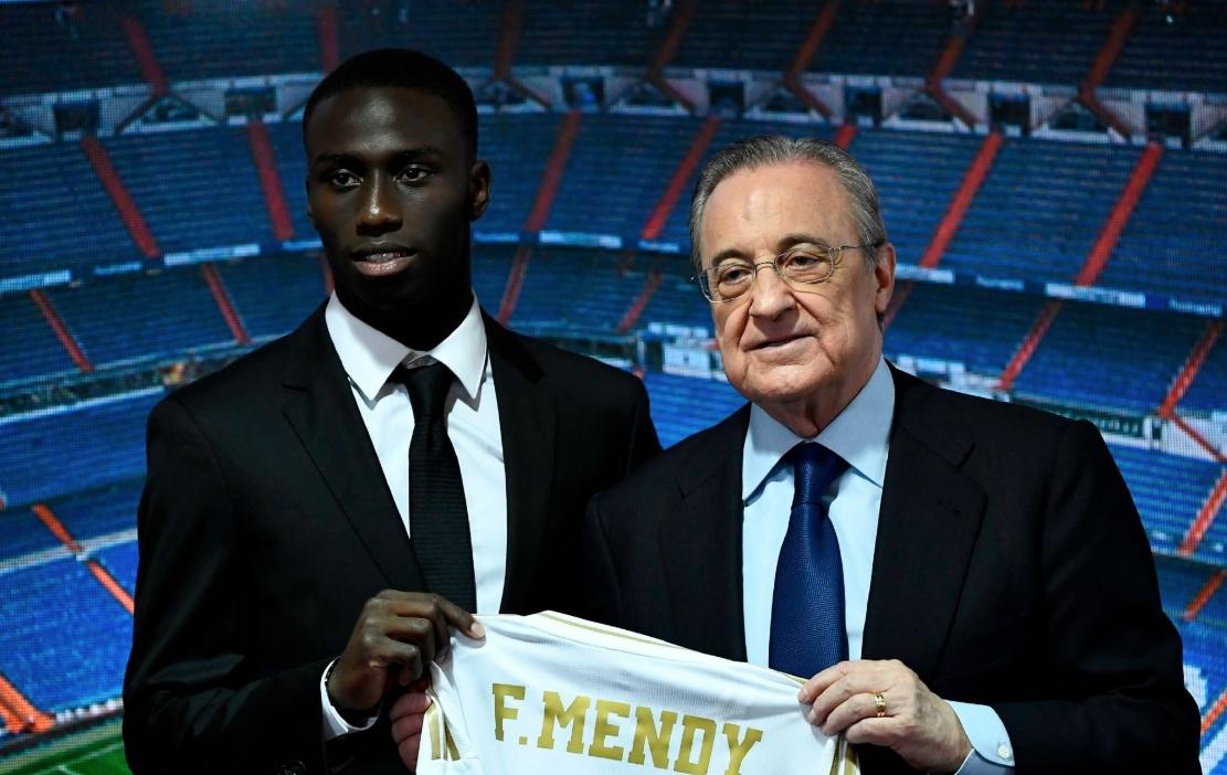 Президентът на Реал Мадрид Флорентино Перес приветства поредния нов футболист