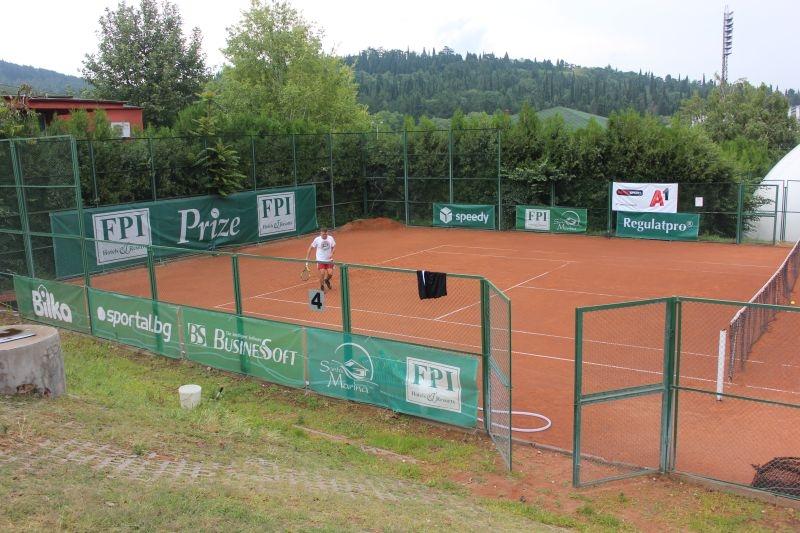 Въпреки дъждовното време, обхванало страната, повече от 50 тенисисти дойдоха