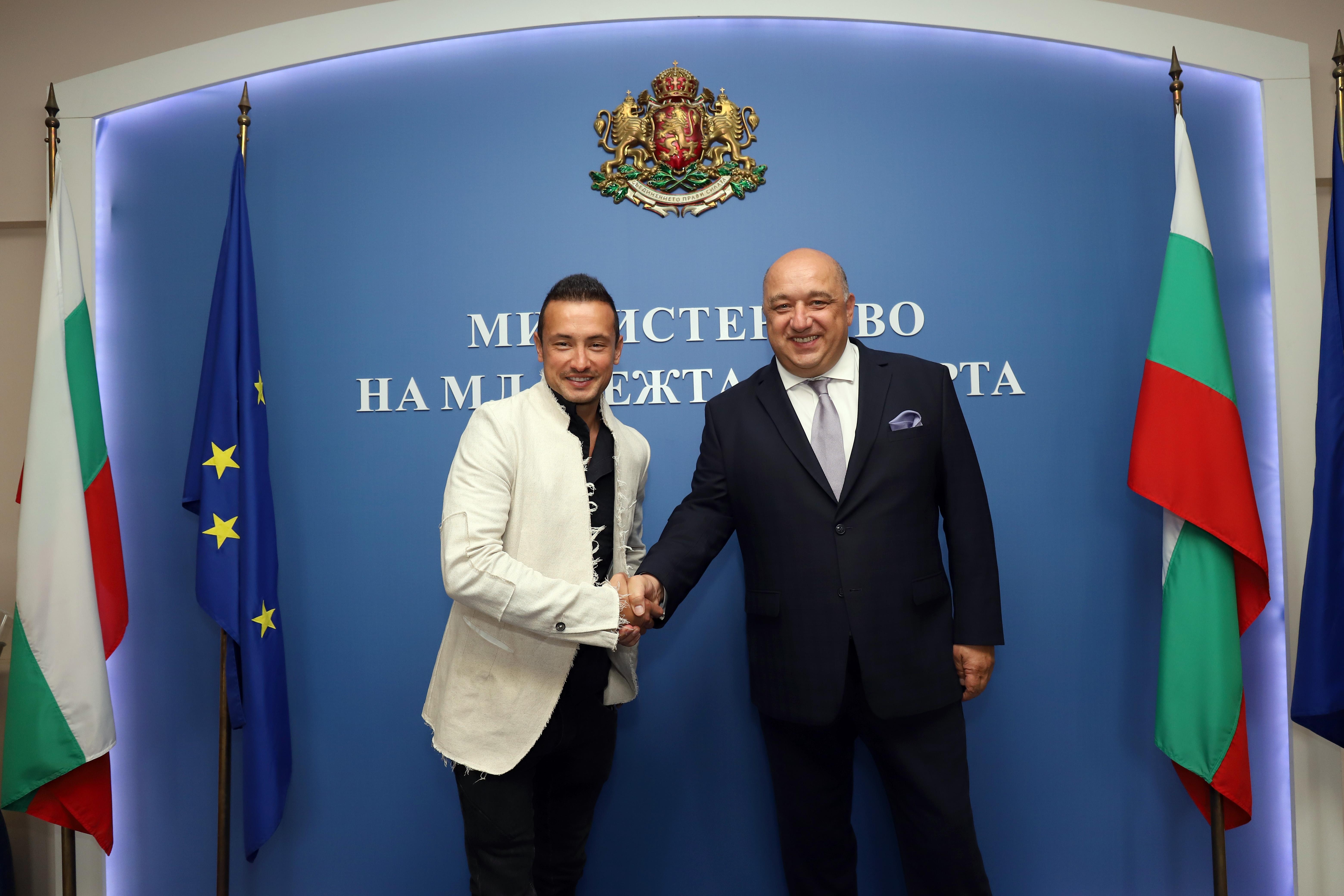 Снимка: Министър Кралев се срещна с мотоциклетния ни ас Мартин Чой