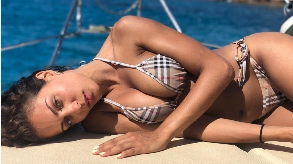 Сексапилната актриса Иба Абук разгорещи феновете си със снимки по