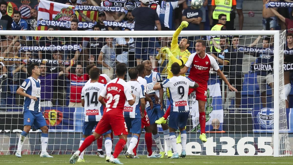 Отборът на Севиля стартира с победа с 2:0 като гост