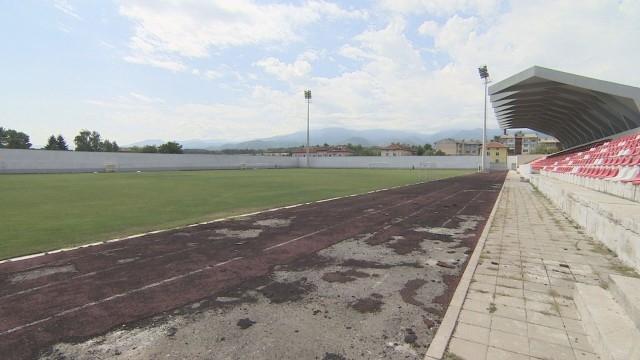 Градският стадион в Костенец се разпада, въпреки че е ремонтиран