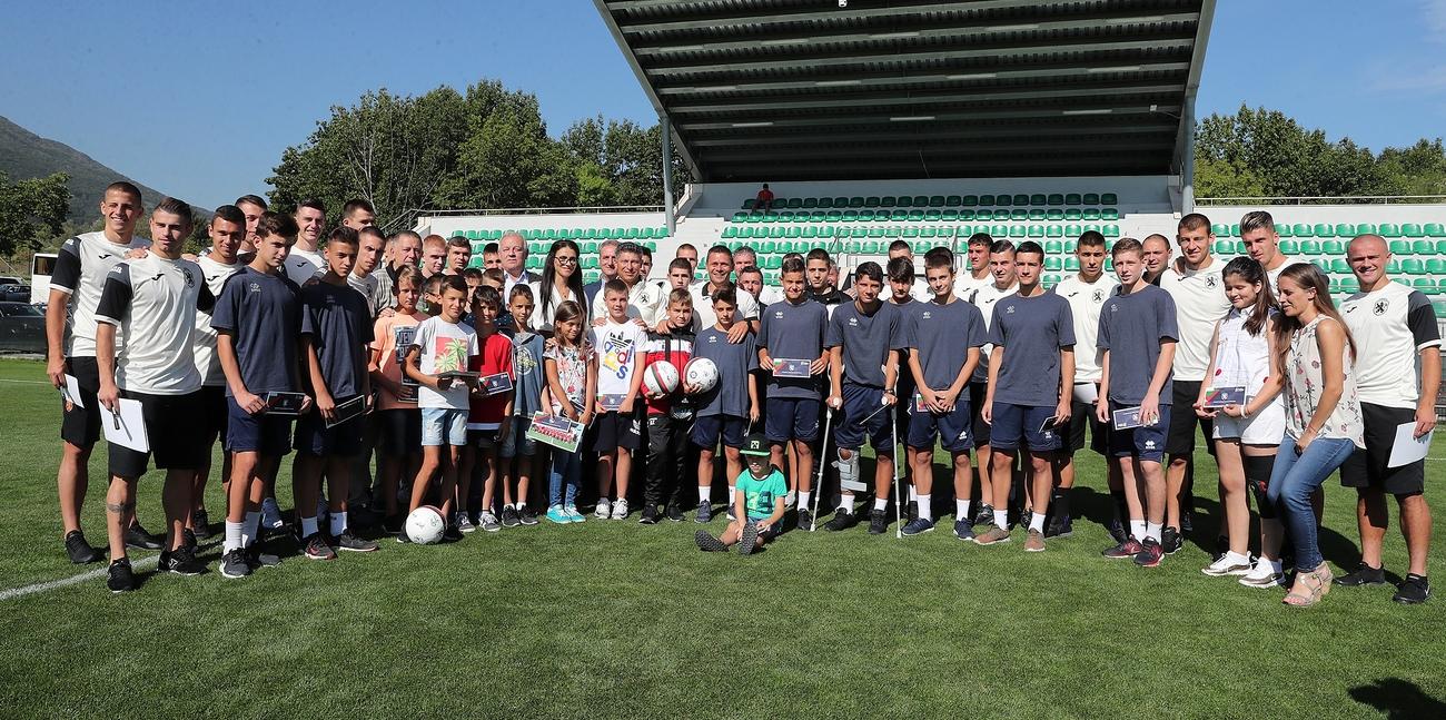 """Съвместният благотворителен проект на Асоциация """"Докосни дъгата"""" и Българския футболен"""