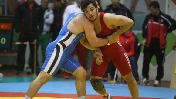 Нито един от тримата български борци в сутрешната сесия не