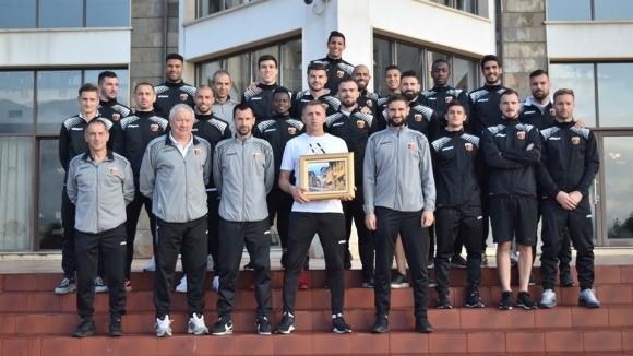 Рожденикът Бруно Акрапович получи подарък от футболистите на Локомотив (Пловдив)