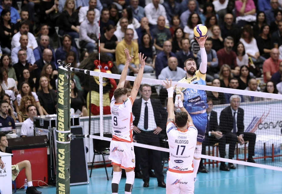 Волейболният национал Алекс Грозданов дебютира със загуба за новия си