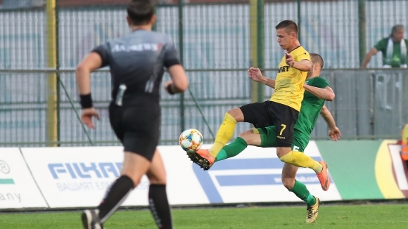 Футболистът на Ботев (Пловдив) Александър Тонев се е контузил на