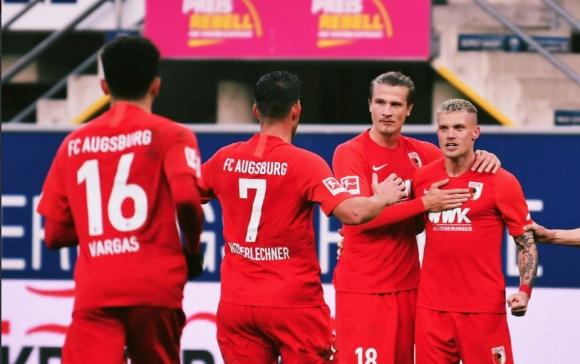 Аугсбург извоюва първа победа като гост в Бундеслигата, след като