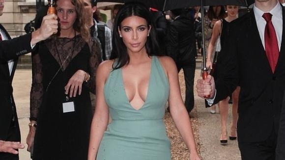 Ким Кардашиян демонстрира в социалните мрежи как работи новата й