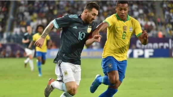 Бразилският защитник Алекс Сандро е получил контузия по време на