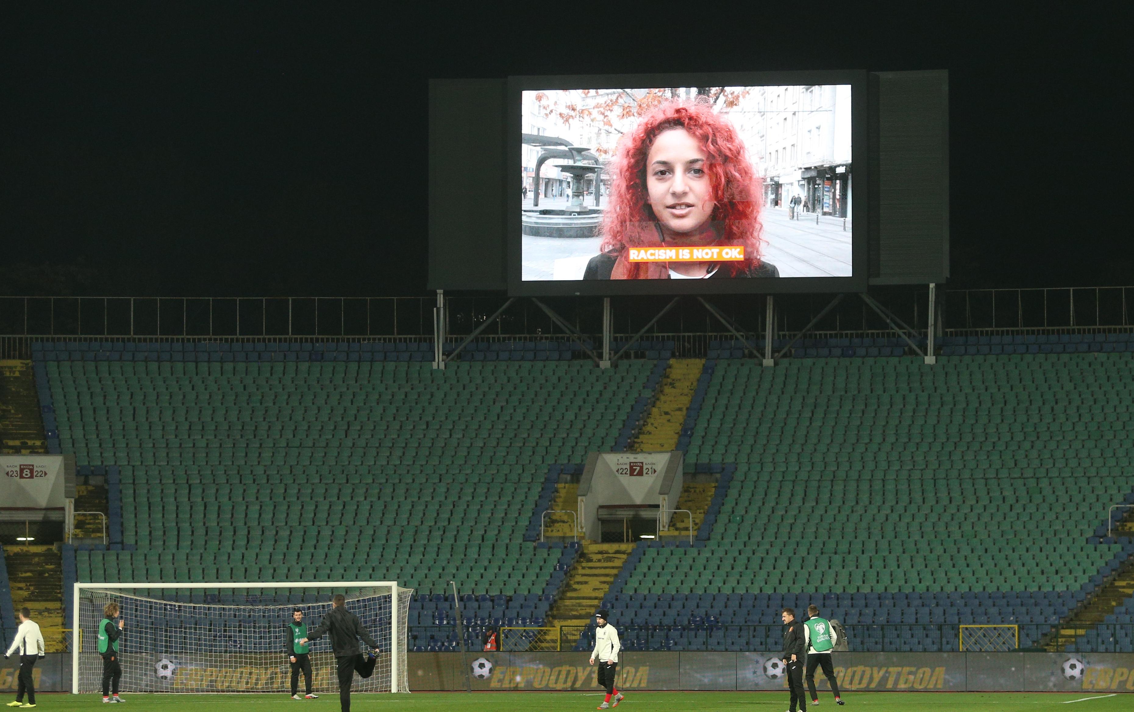 Послания срещу расизма във футбола от български фенове бяха излъчени