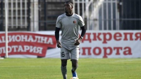 Локомотив Пловдив няма да задържи нигерийския защитник, който дойде на