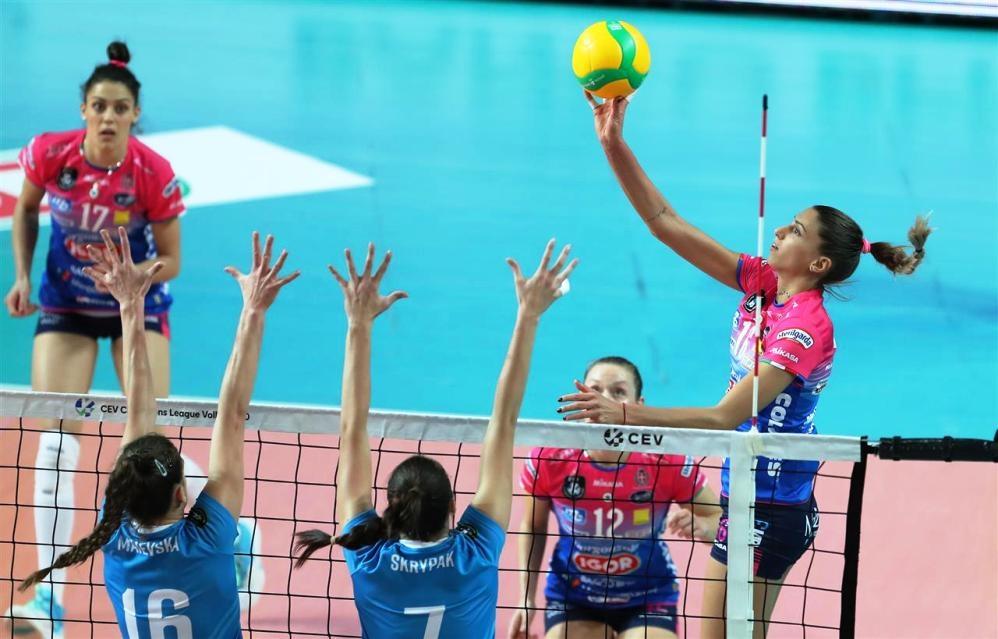 Капитанката на националния ни волейболен отбор Елица Василева и нейният