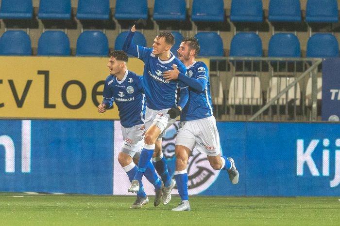 Бившият защитник на Славия Стефан Велков игра цял мач за