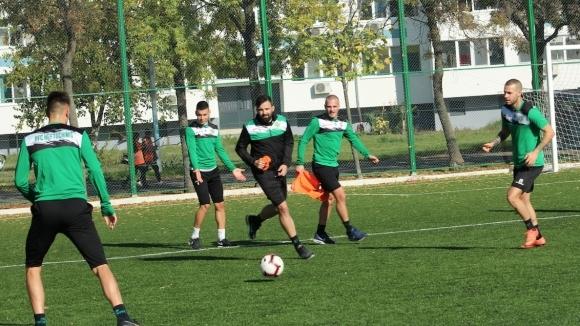С група от 18 футболисти днес отборът на Нефтохимик замина