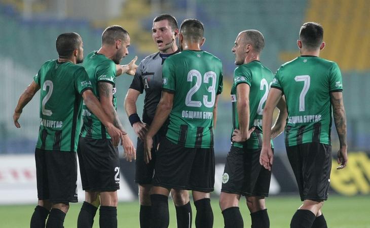 Отборът на Нефтохимик победи с 4:0 като гост Спартак (Варна)