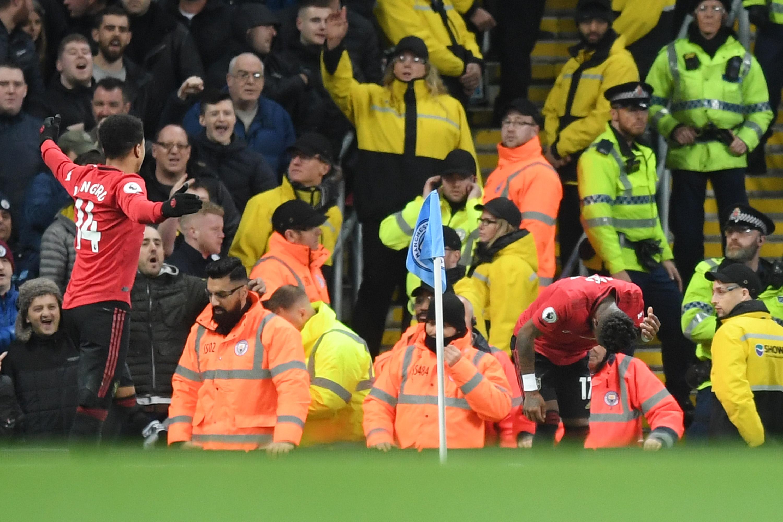 Феновете на Манчестър Сити са отправяли расистки обиди към халфа