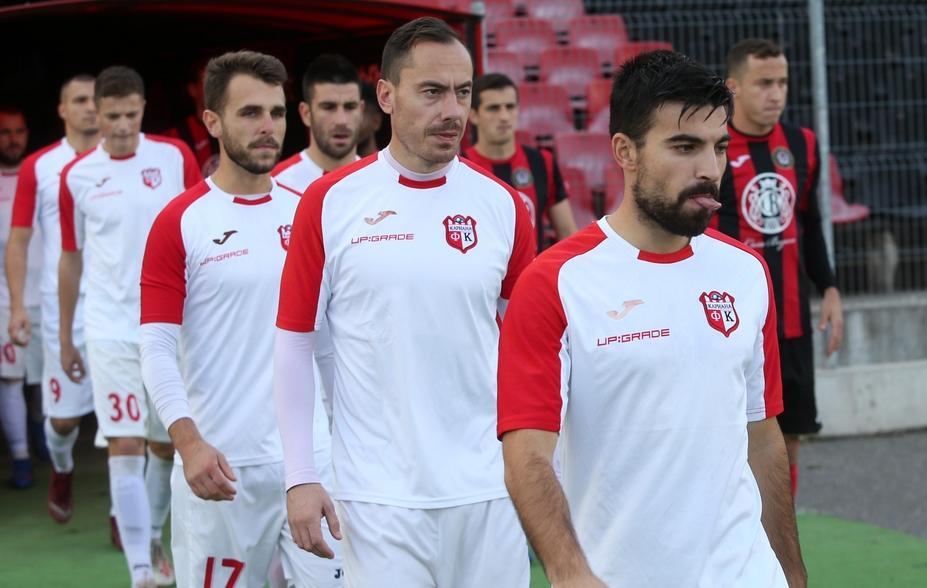 Двама от основните футболисти на Кариана напуснаха клуба, съобщава БЛИЦ.