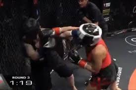 58-годишната американска кикбоксьорка Лаура Ли Джоунс нокаутира 21-годишната противничка Рей