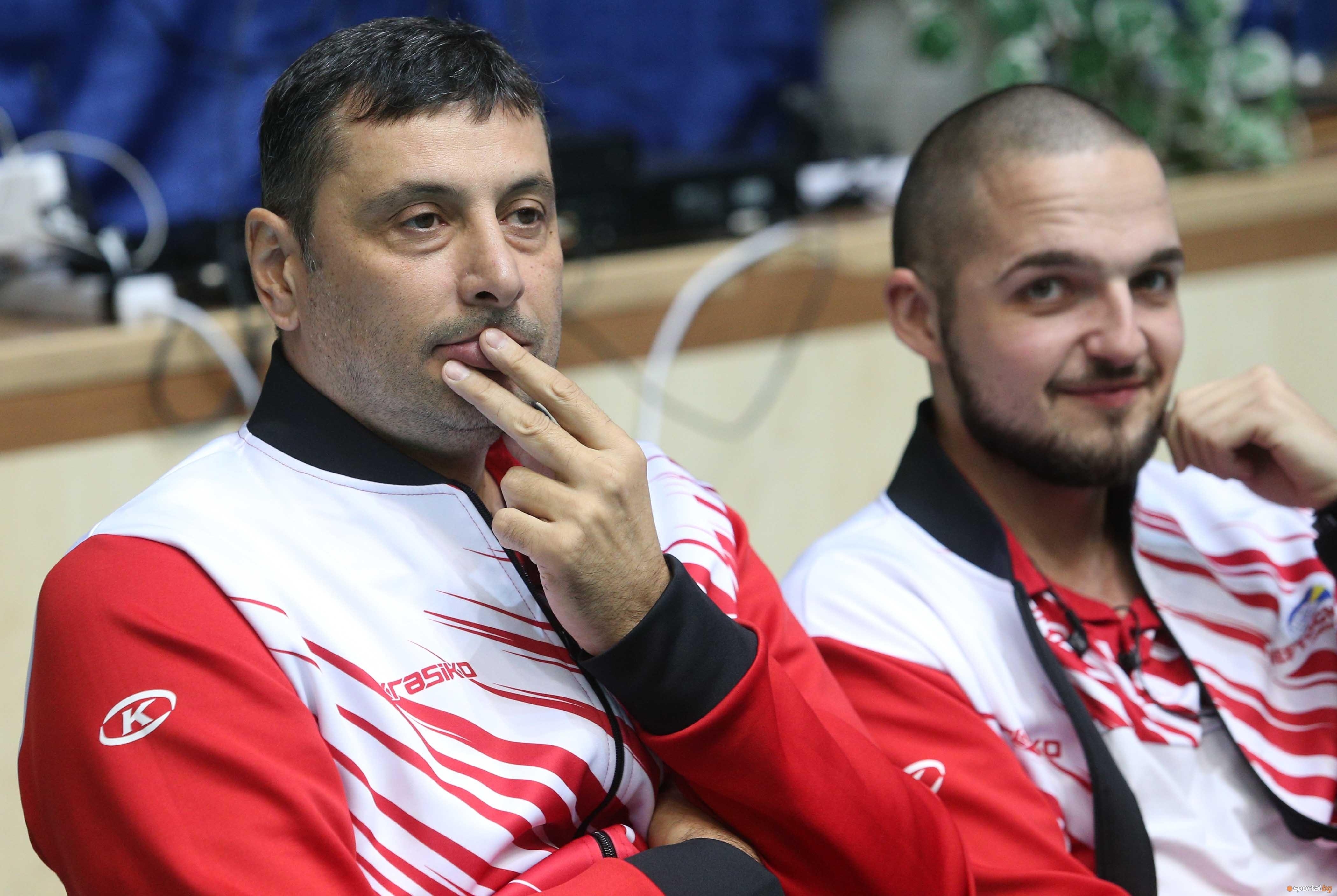 Старши треньорът на Нефтохимик 2010 (Бургас) Николай Желязков говори пред