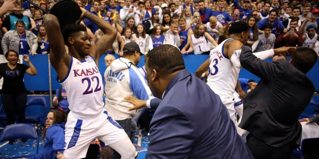 Срещата от колежанското първенство по баскетбол на САЩ между Канзас