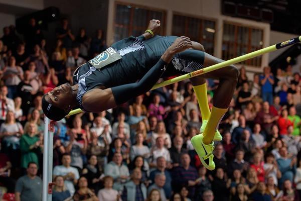 Кубинецът Луис Заяс добави три сантиметра към личния си рекорд