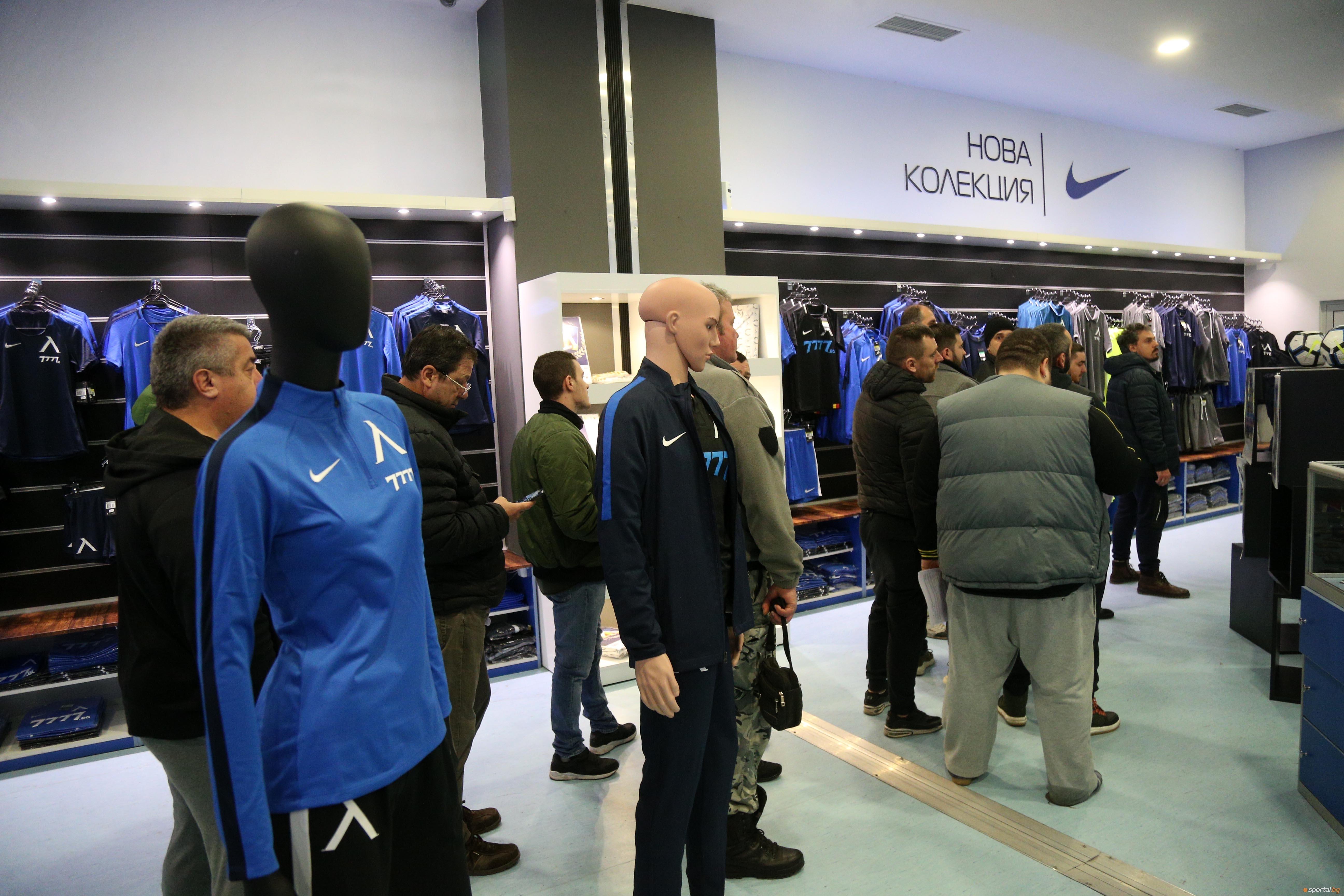Мобилизацията сред феновете на Левски продължава. Клубният магазин отново е