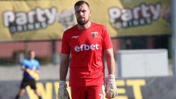 Футболистът на Локомотив (Пловдив) Мартин Луков е с шина на