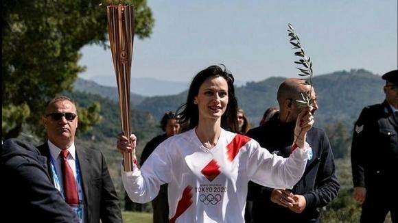 Българският еврокомисар Мария Габриел стана четвъртият факлоносец на Олимпийския огън,