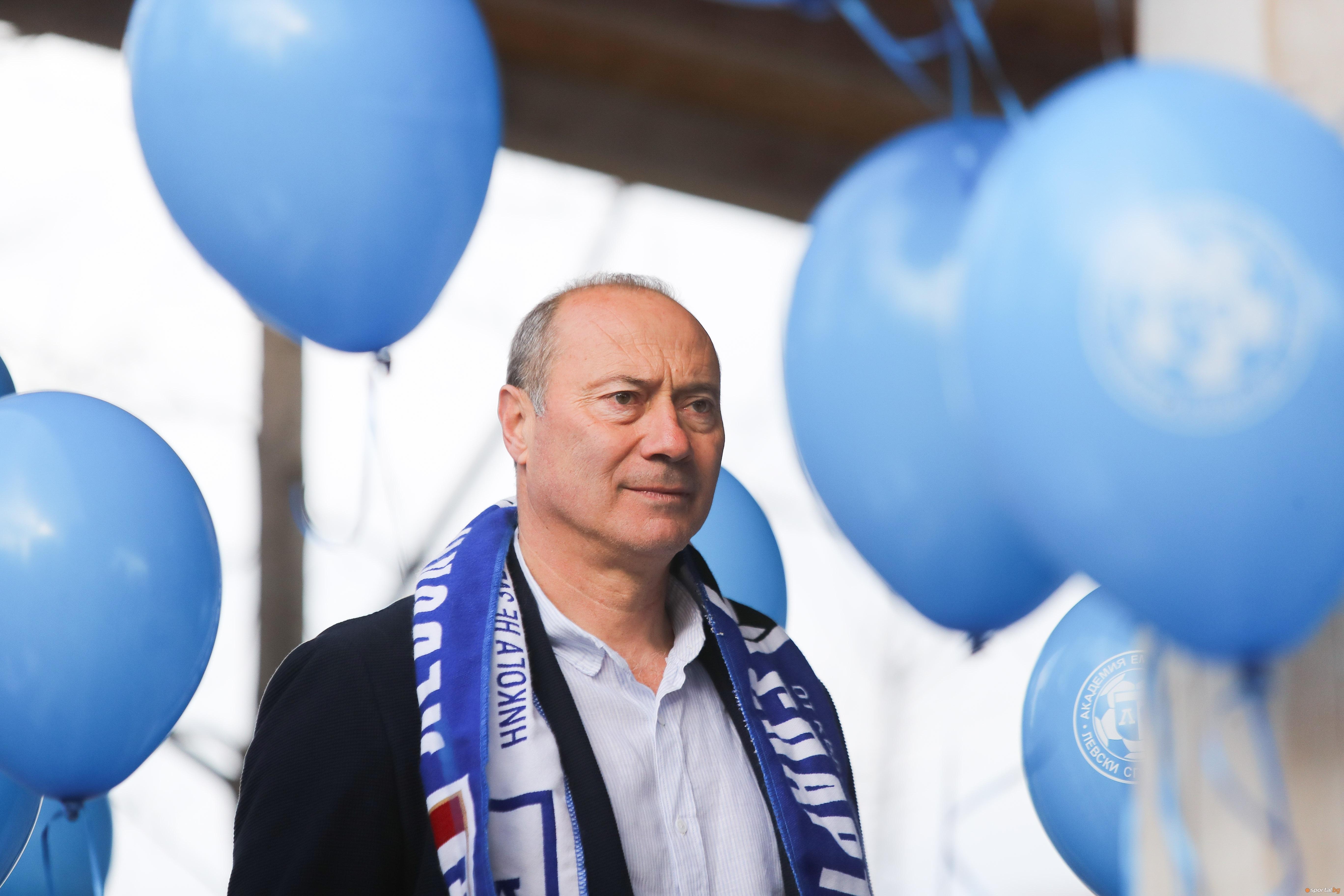 Последният шампион като треньор на Левски Емил Велев се съгласи