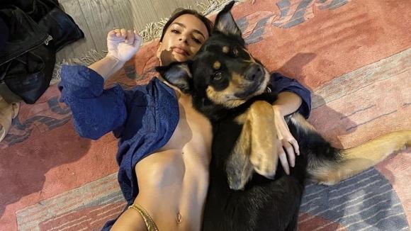 Емили Ратайковски взриви социалните мрежи с черно-бяла чисто гола снимка,