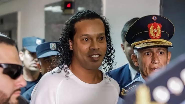 Бившата футболна звезда Роналдиньо беше освободен от затвора в Парагвай,