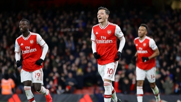 Месут Йозил ще остане в Арсенал до края на договора