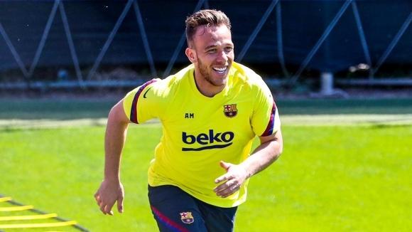 Халфът на Барселона Артур е склонил да изслуша офертата на