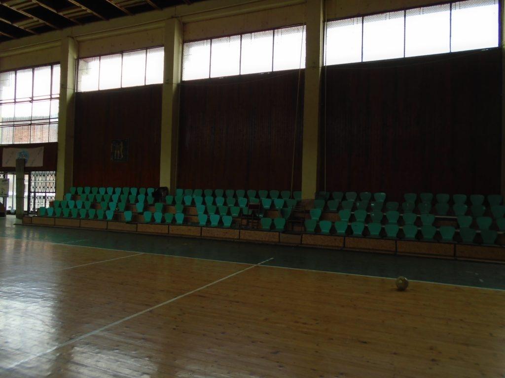 След десетилетия на разпадане покривът на старата спортна зала в
