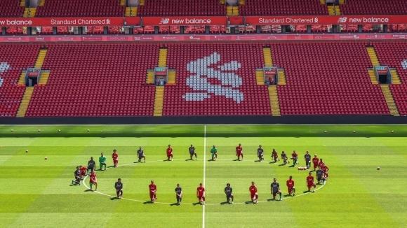 Играчите на Ливърпул станаха поредните спортисти, почели паметта на починалия