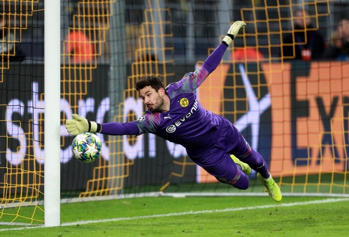 Борусия (Дортмунд) е предложил нов договор на вратаря Роман Бюрки,