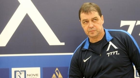 Раздялата с треньора Петър Хубчев създава големи проблеми на Левски.