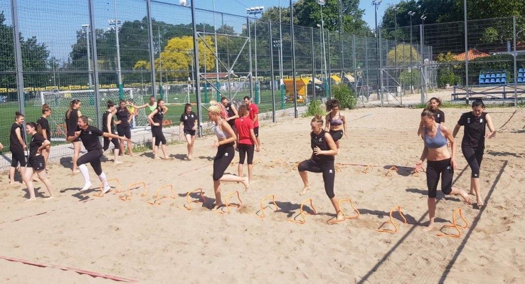 Женският национален отбор по волейбол продължава лагера си в Пловдив.