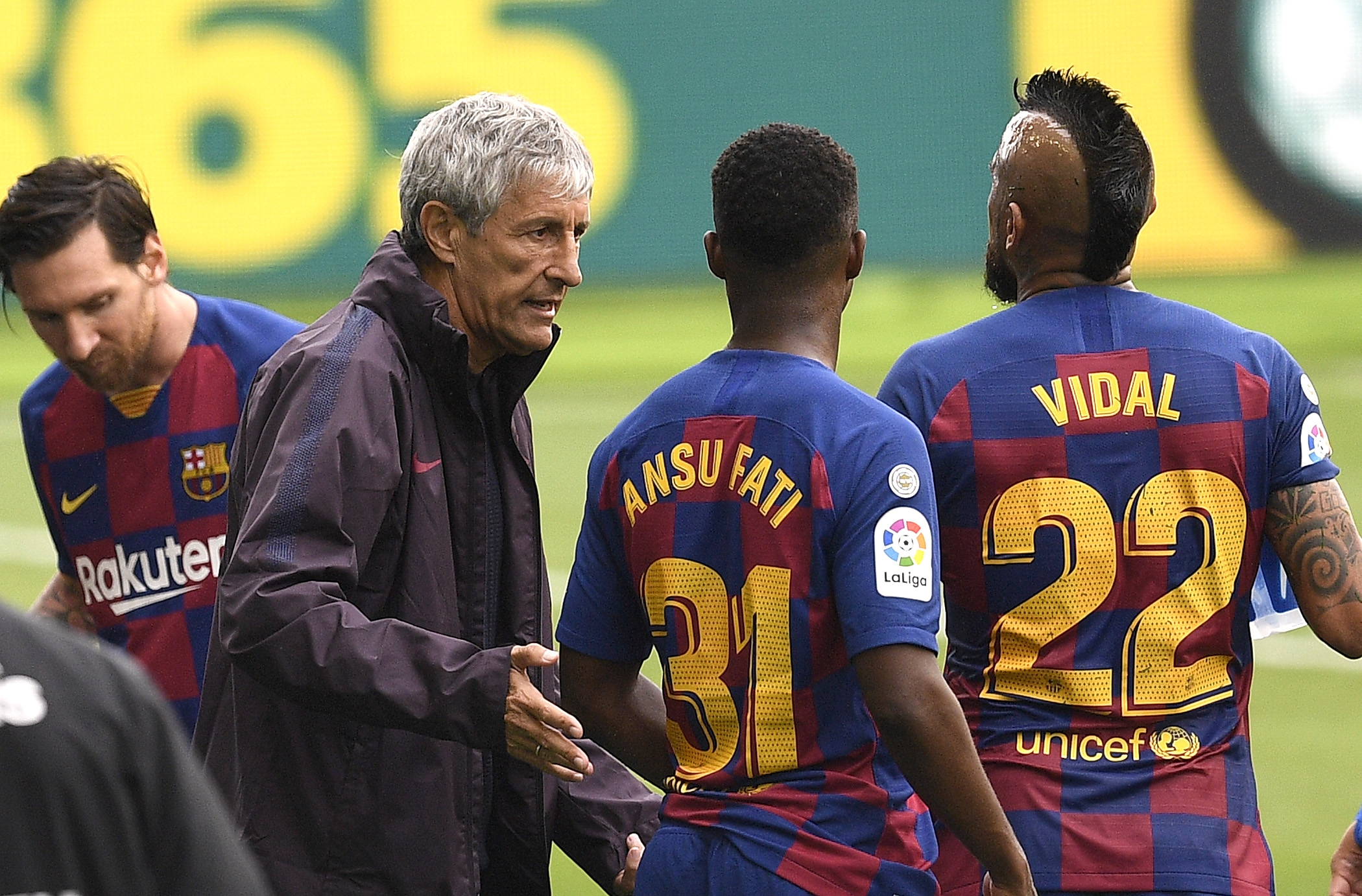 Връзката между футболистите и треньора на Барселона Кике Сетиен изживява