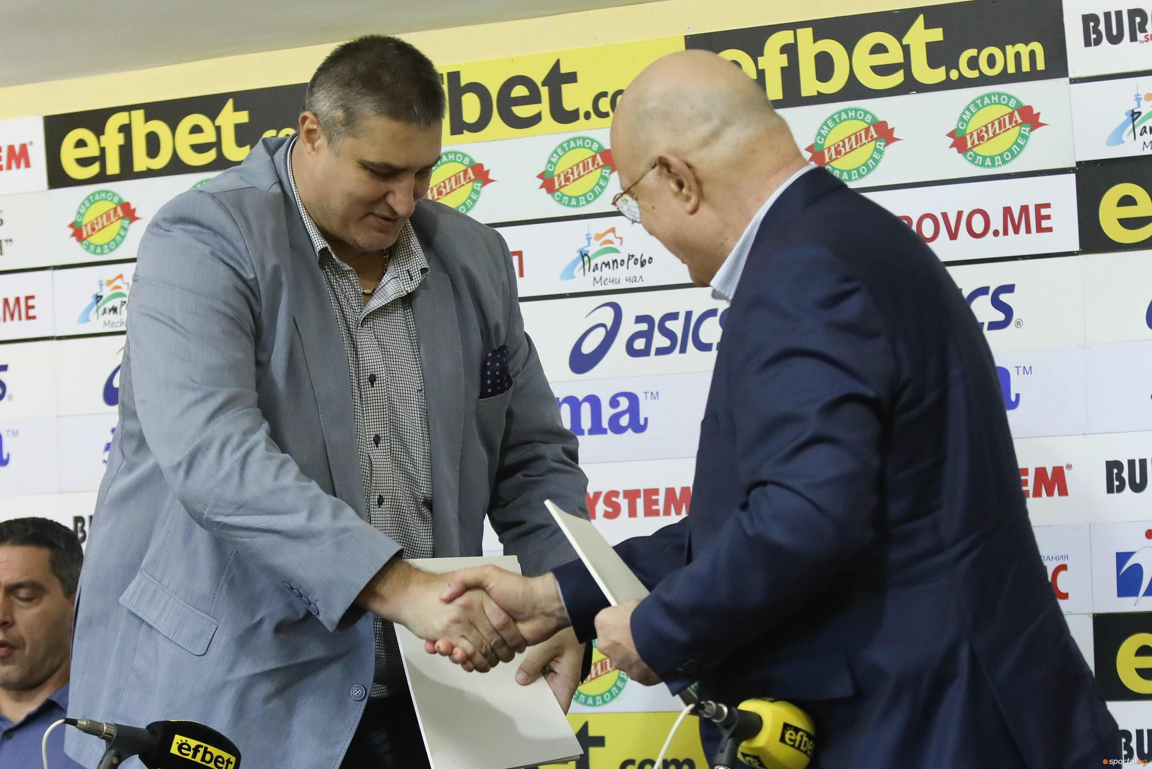 Президентът на Българска федерация волейбол Любомир Ганев подписа договор, с