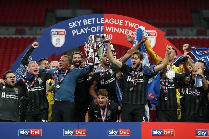 Нортхамптън спечели промоция за английската трета дивизия, след като победи