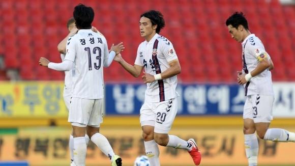 Футболното първенство на Япония бе подновено в събота след четиримесечна